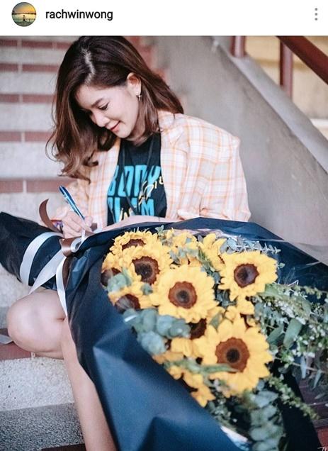 ก้อย อุ้มช่อดอกไม้เซอร์ไพรส์ ตูน