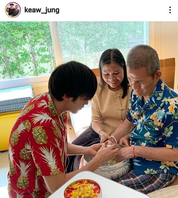 ณเดชน์ คูกิมิยะ รดน้ำดำหัวพ่อแม่ในเทศกาลสงกรานต์