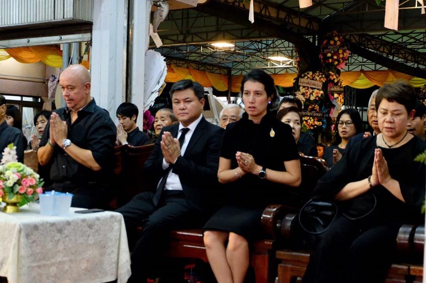 บอย ถกลเกียรติและภรรยาในงานศพน้ำตาล