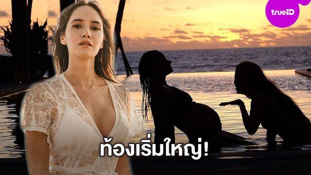 แค่เงายังเซ็กซี่!! ซาร่า นั่งชิลในสระน้ำ อวดท้องป่องเห็นชัดเต็มสองตา