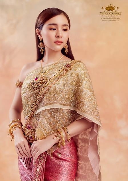 ออม สุชาร์ สวมชุดไทยถ่ายแบบ