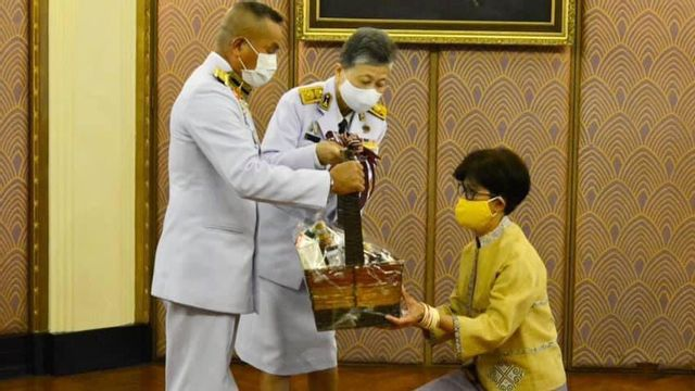 ในหลวง-พระราชินี พระราชทานแจกันดอกไม้และกระเช้าของเยี่ยม อาการป่วย เศรษฐา ศิระฉายา