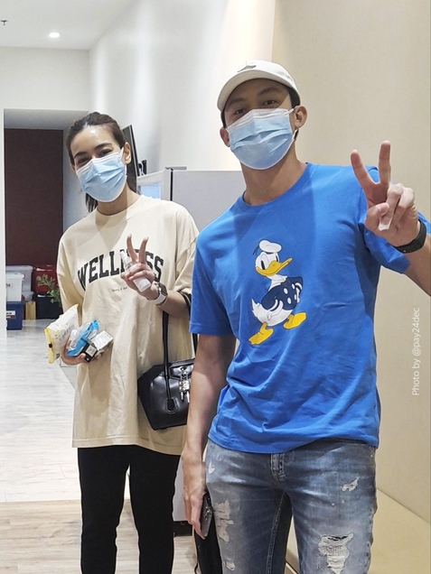หมาก-คิม ควงแขนบริจาคเลือด พร้อมส่งของแทนกำลังใจให้ทีมแพทย์สู้โควิด-19