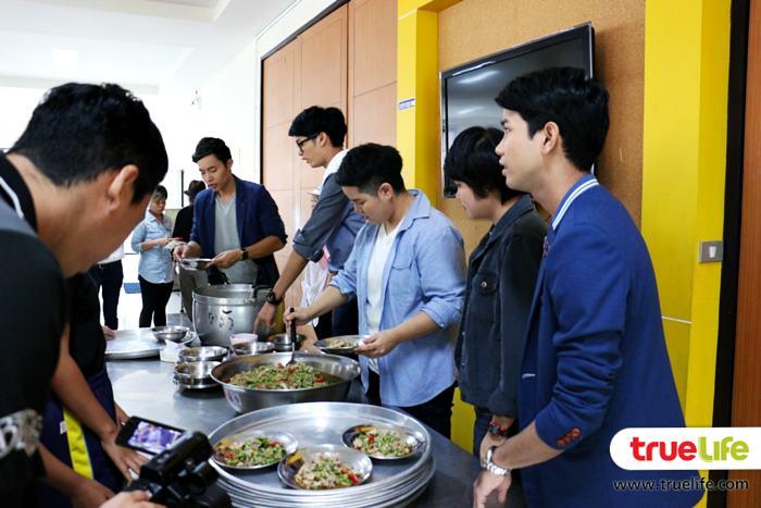 5ศิลปิน ทานอาหารร่วมกับน้อง ๆ