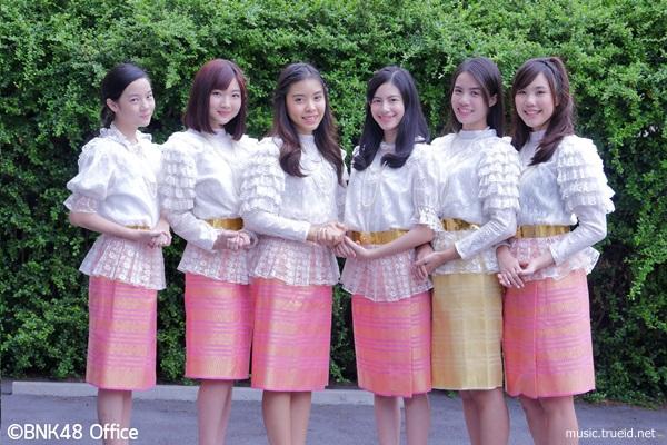 ที่นี่ที่เดียว!! เปิดวาร์ป 29 สาวแห่ง BNK48 สวมชุดไทยร่วมอวยพรรับวันสงกรานต์