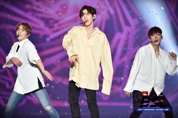 เฉิน-แบค-ซิ่ว แห่ง EXO-C.B.X นำทีม Red Velvet และ Romeo ปล่อยพลังสร้างความมันบนเวที เฟโอห์ พรีเซนต์ 2017 แบงคอก ซูเปอร์ ไลฟ์
