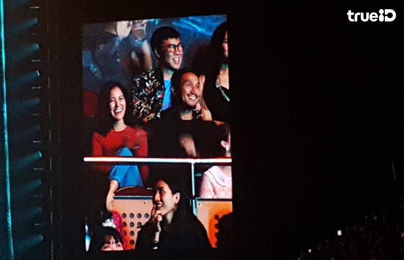 ขนลุก!! แฟนเพลงบอยโกฯ ทั้งฮอลล์ ลุกยืนปรบมือและร้องเพลงให้พี่ตูน บอดี้สแลม ทีมก้าว (คลิป)