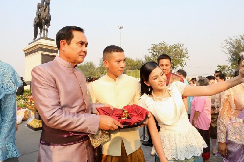 เบิ้ล ปทุมราช ภูมิใจ แต่งชุดไทย งานอุ่นไอรักฯ ฐานะพลทหาร เพื่อติดตาม ท่านแม่ทัพภาคที่ 1