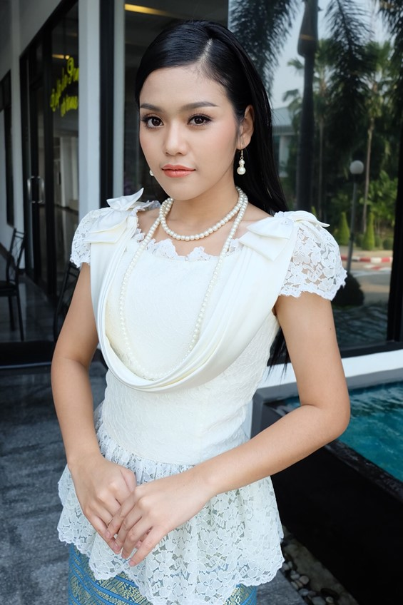 9 นักร้องลูกทุ่งชาย หญิง งดงามอย่างไทย พร้อมใจใส่ชุดไทยย้อนยุค ในงานอุ่นไอรักฯ
