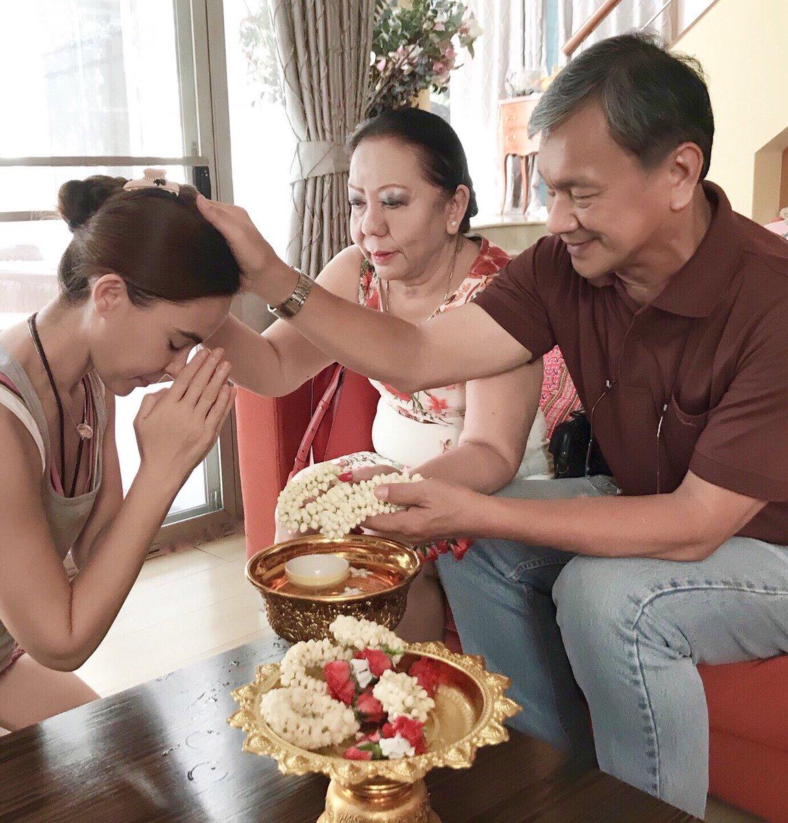 แบบอย่างที่ดี มาช่า ชวนน้องกาย ไหว้ขอพรพ่อแม่ ในวันสงกรานต์ วันครอบครัว