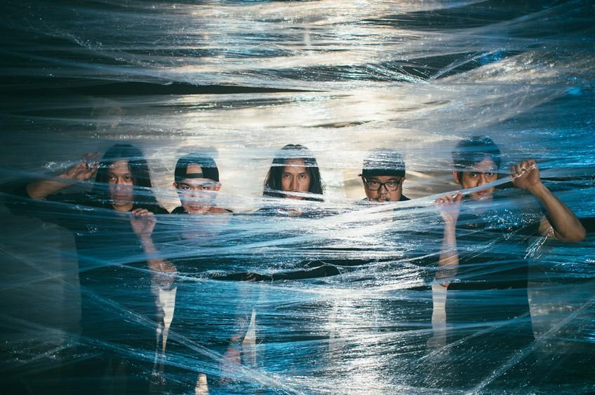 ฝนกระหน่ำก็ไม่ถอย! 5 หนุ่ม บอดี้สแลม เปิดตัวเพลงใหม่ ใครคือเรา กลางสยาม แฟนคลับให้กำลังใจอบอุ่น (คลิป)