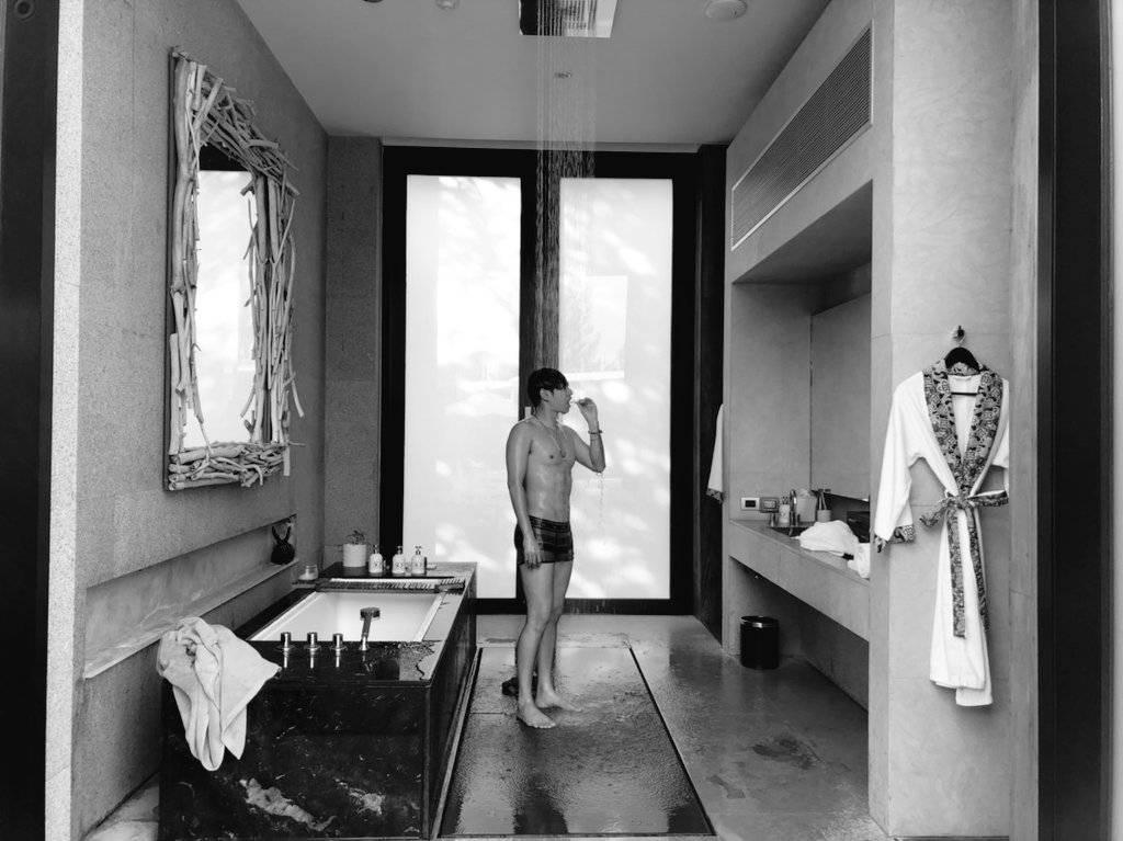 ขอซูมหน่อยนะ! เป๊ก ผลิตโชค โชว์กล้าม ชวนอาบน้ำ แฟน ๆ ละสายตาไม่ได้!