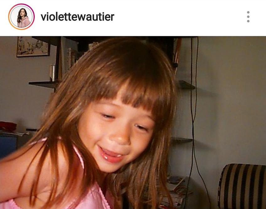 สวยแต่เด็ก! วี วิโอเล็ต โพสต์ภาพย้อนวันวาน สาวน้อยสุดทะเล้น หน้าฝรั่งใส่เสื้อคอกระเช้า
