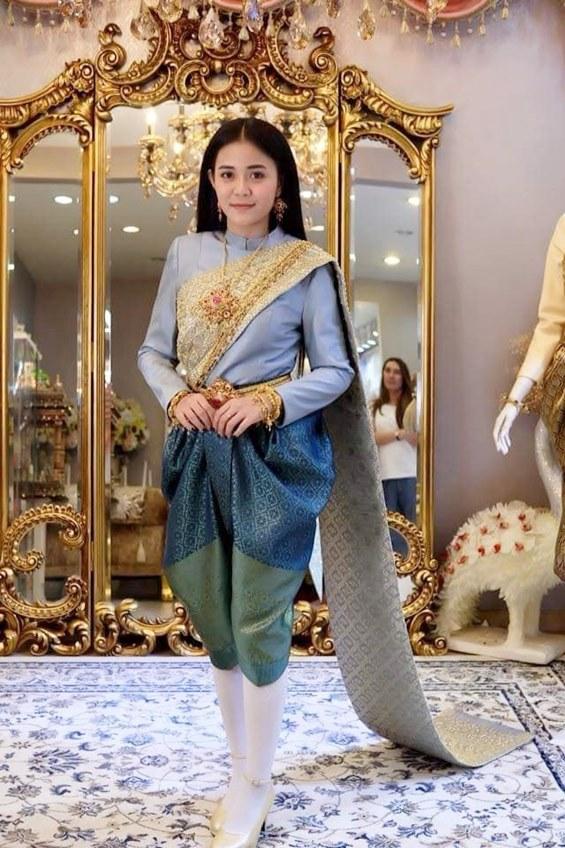 งามอย่างไทย! ลำไย ไหทองคำ แต่งชุดไทยเต็มยศ ร่วมงานอุ่นไอรักฯ