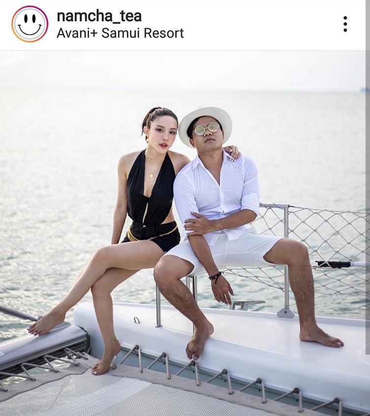 นั่งเรือระวังสะเทือน! น้ำชา อวดหลังขาวผ่านวันพีชแซ่บ เซ็กซี่กลางทะเลไม่หวั่นยูวี