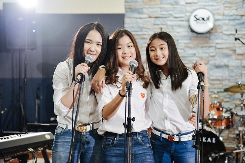 นักร้องรุ่นใหม่ วง น้ำใจ ตัวแทนทูตสร้างรอยยิ้ม ส่งเพลง รอยยิ้มของน้ำใจ ปลุกพลังช่วยเหลือสังคม