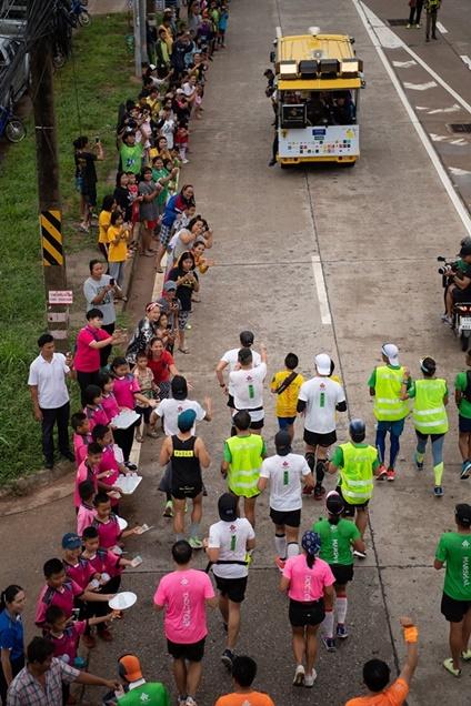 ประมวลภาพ!! เก็บตกบรรยากาศวิ่ง ก้าวคนละก้าว วันที่ 2 ตูน เจ็บเข่าช่วงเริ่มต้น แต่สู้สุดแรง