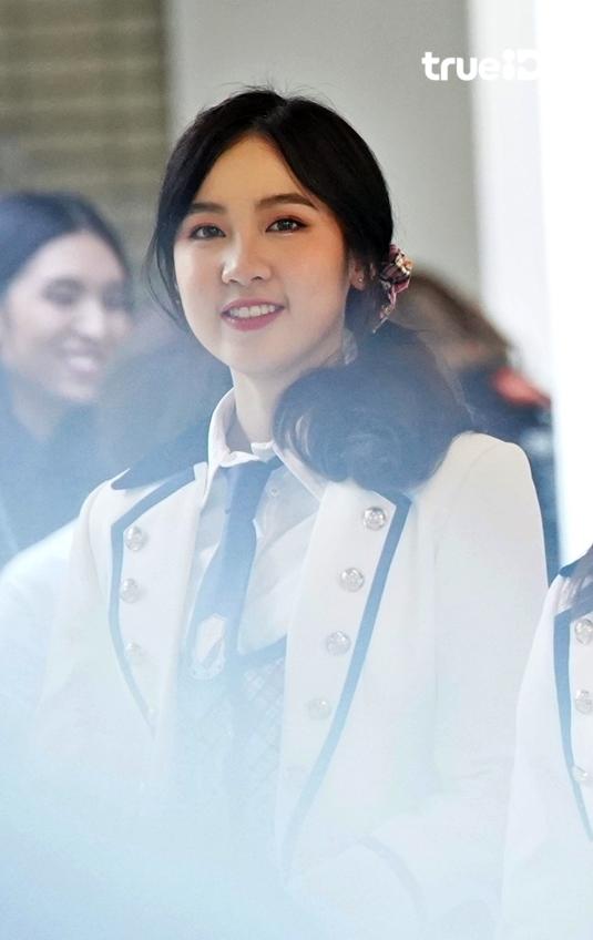 รักรอยยิ้มนี้! เฌอปราง BNK48 ลุคนี้ สวยละมุน ยังเป็นขวัญใจแฟนคลับเสมอ
