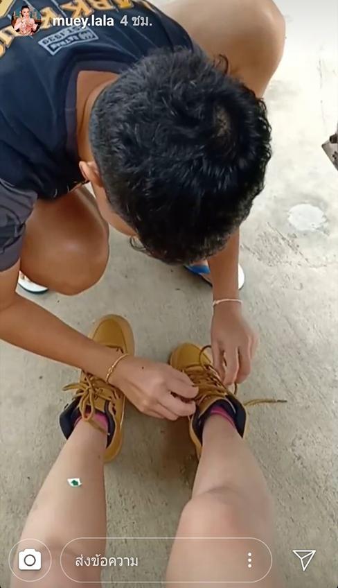 อวดแฟนเก่ง! ดอกเหมย สาวหมอลำซิ่ง โพสต์สาวหล่อผูกเชือกรองเท้าให้ รักนี้หวานเวอร์