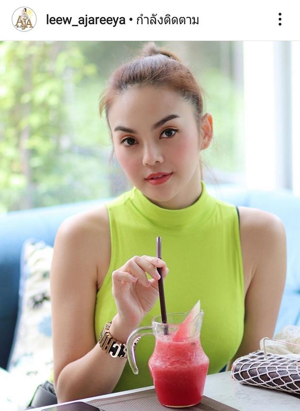 สวยสะท้อนแสง! หลิว อาจารียา นั่งกินน้ำยังหวาน แตงโมที่ว่าแดงยังสู้แก้มคนดื่มไม่ได้