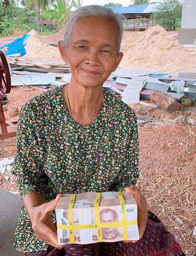 คนสวยรวยจริง! ตั๊กแตน ชลดา หอบเงินจ่ายค่าสร้างบ้าน 3 หลัง ปึกที่เห็นนี้แค่งวดแรก (มีคลิป)