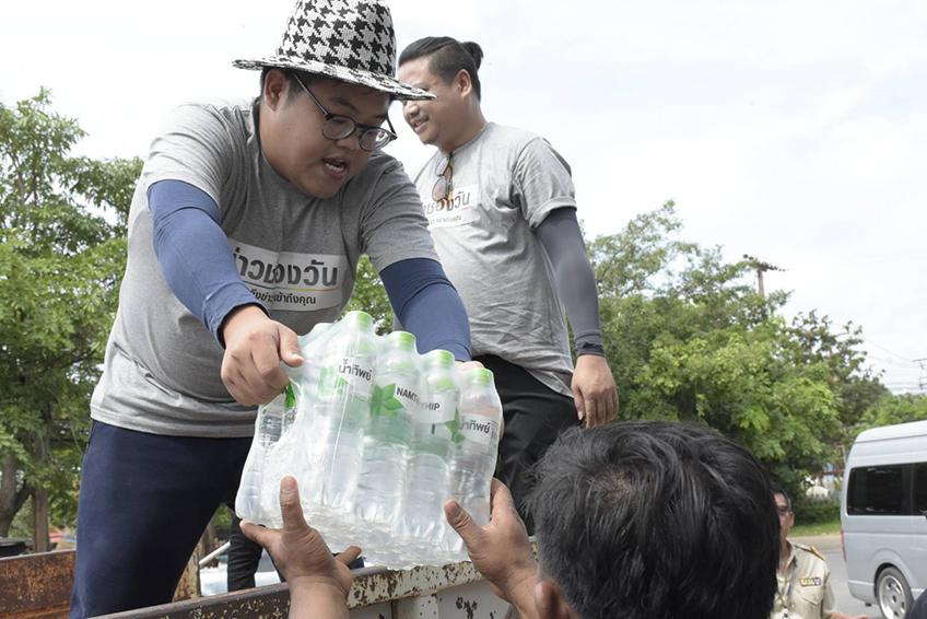 วันสร้างสุข! พลพล แช่ม โดม ลงพื้นที่ลุยน้ำท่วมช่วยเหลือผู้ประสบภัย