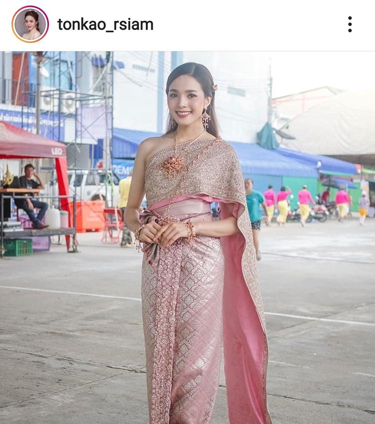 หวานเยิ้มเลย! ต้นข้าว อาร์สยาม อวดยิ้มสยามผ่านชุดไทย สีสไบว่าหวานแล้วคนใส่หวานกว่า