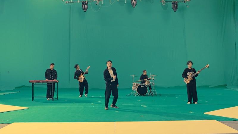 เพลงแทนความรู้สึก! โปเตโต้ ชวนเดา ใครคือเหล่าคนดังที่มาแชร์โลกแห่งความสุขใน MV คนตัวเล็ก