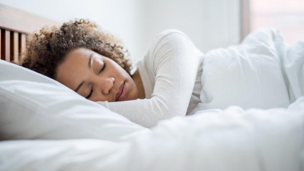 นอนดมกลิ่นจากเสื้อผ้าของคนรักทำให้หลับสบายขึ้น