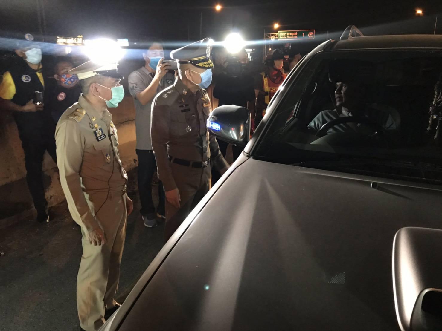 ผู้ว่าราชการ จ.นนทบุรี ตรวจด่านโควิด 19 คืนแรก บังคับใช้ พรก.