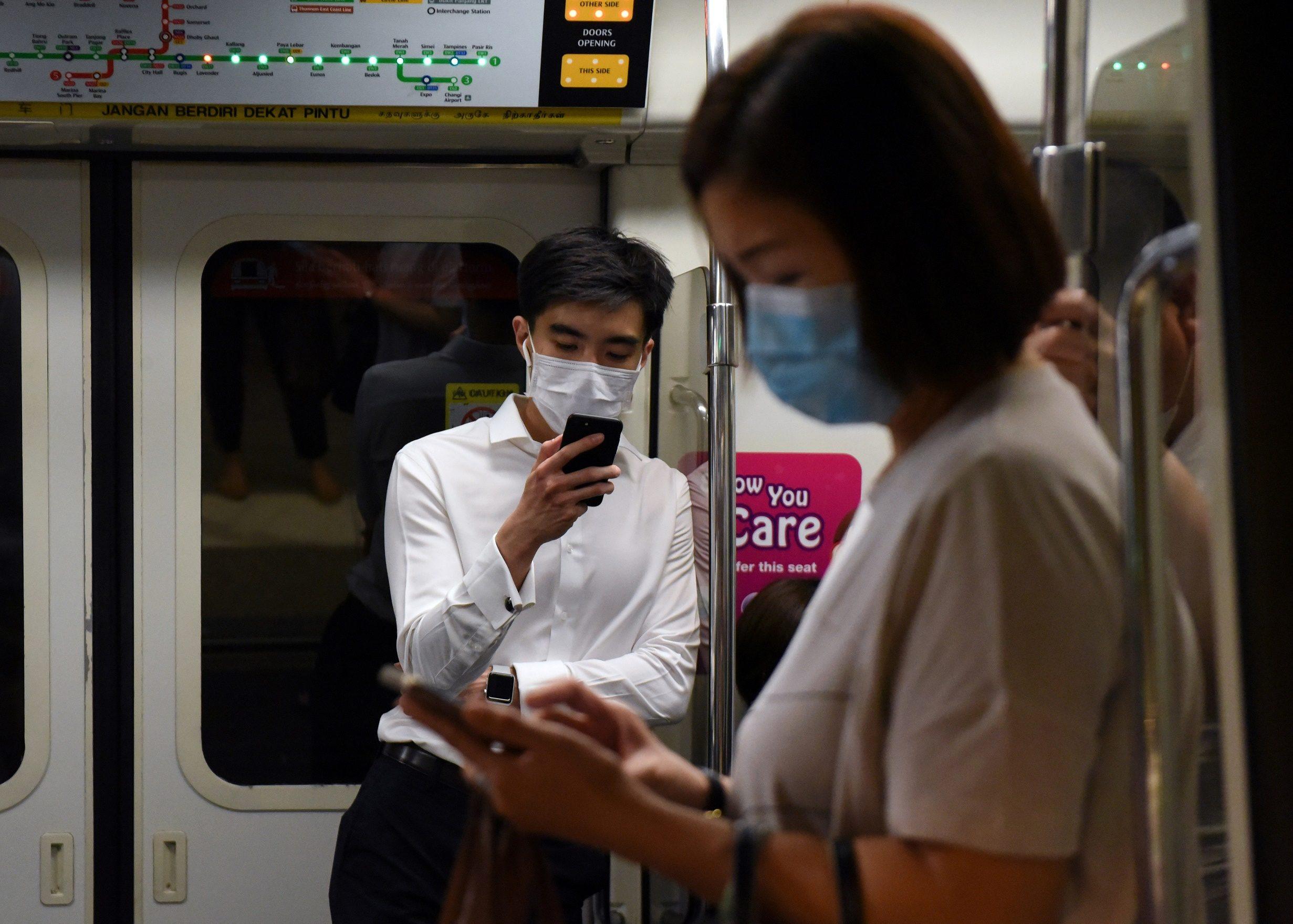 สิงคโปร์ปรับกฎเข้มคุมไวรัส ยืนใกล้กัน โดนคุก 6 เดือน