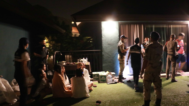 บุกทลายแกงค์ปาร์ตี้ชายหญิงกว่า 20 คน เปิดโรงแรมหรูมั่วสุมเสพยาไม่เกรงกลัวกฏหมายและไวรัสโควิด19