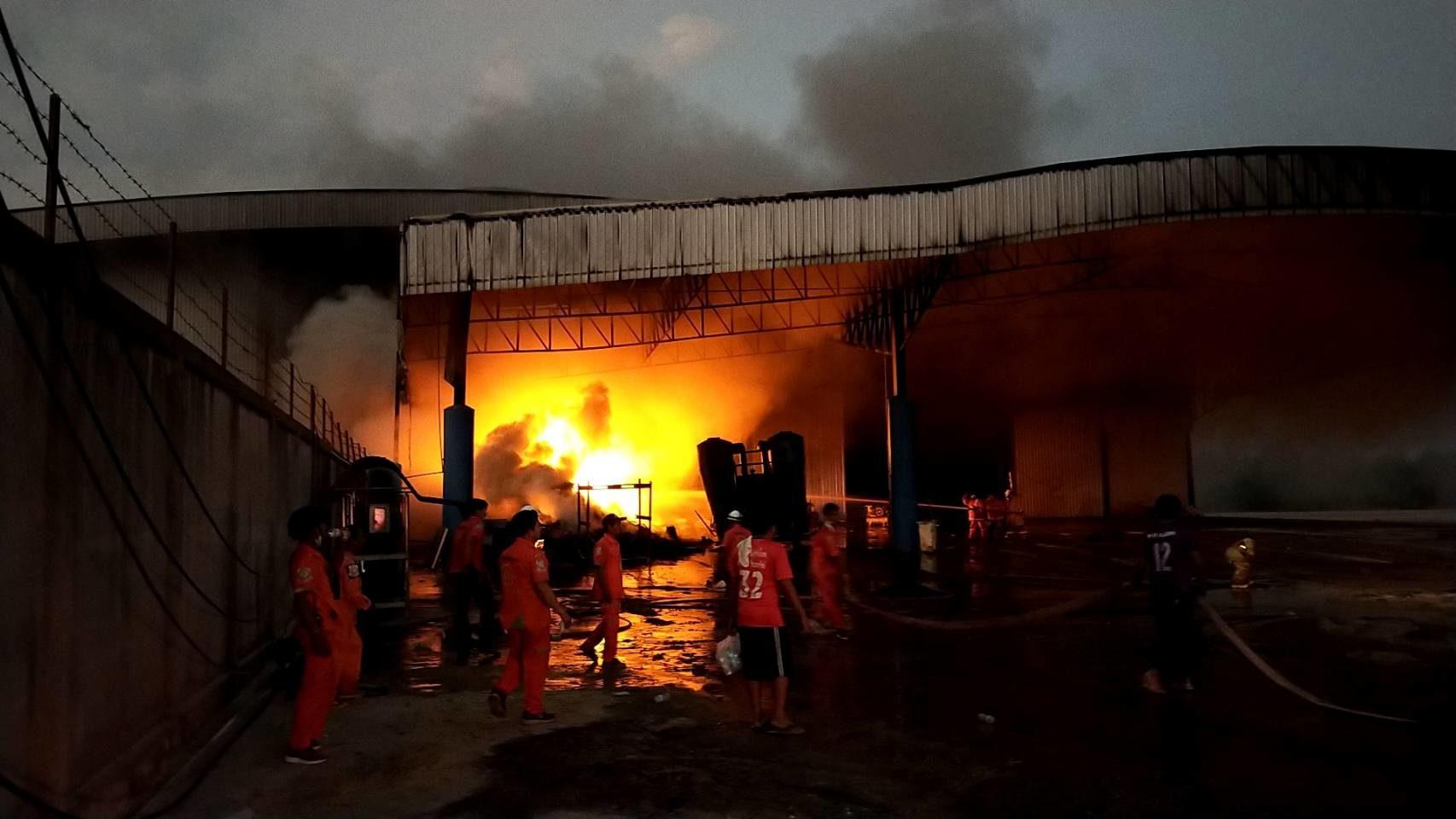 เกิดเหตุไฟไหม้โกดังเก็บมันสำปะหลัง-ยางรถยนต์ที่โคราช เสียหายหลายล้าน
