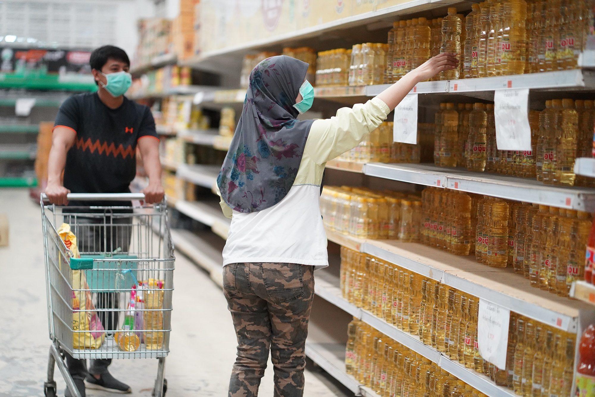 'ชาวยะลา' ซื้อสินค้าจำเป็น หลังจังหวัดออกประกาศป้องกันการแพร่ระบาดโควิด-19