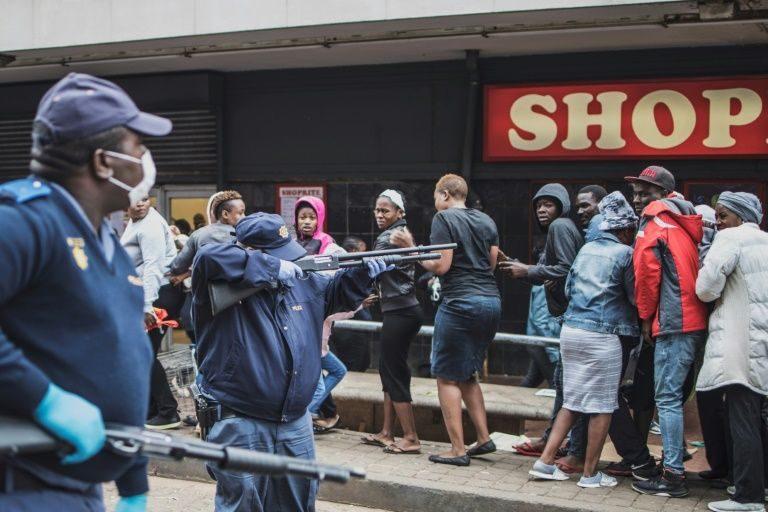 ตร.แอฟริกาใต้สุดดุ! ยิงกระสุนยางใส่ฝูงนักช้อปแห่ซื้อของ ภายใต้มาตรการปิดเมือง