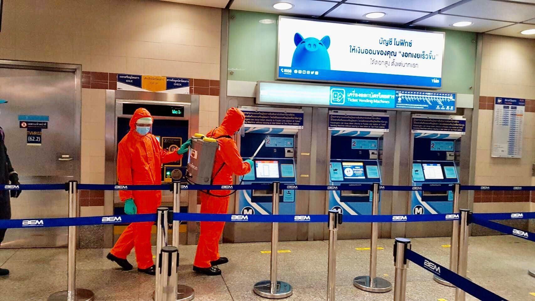 'MRT' ระดมพ่นน้ำยาฆ่าเชื้อ สกัดโควิด-19 เพิ่มความมั่นใจให้ผู้โดยสาร