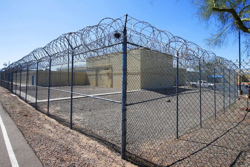 """ลามถึงในคุก! พบนักโทษคนแรกที่ตายเพราะ """"โควิด-19"""" ของสหรัฐ"""