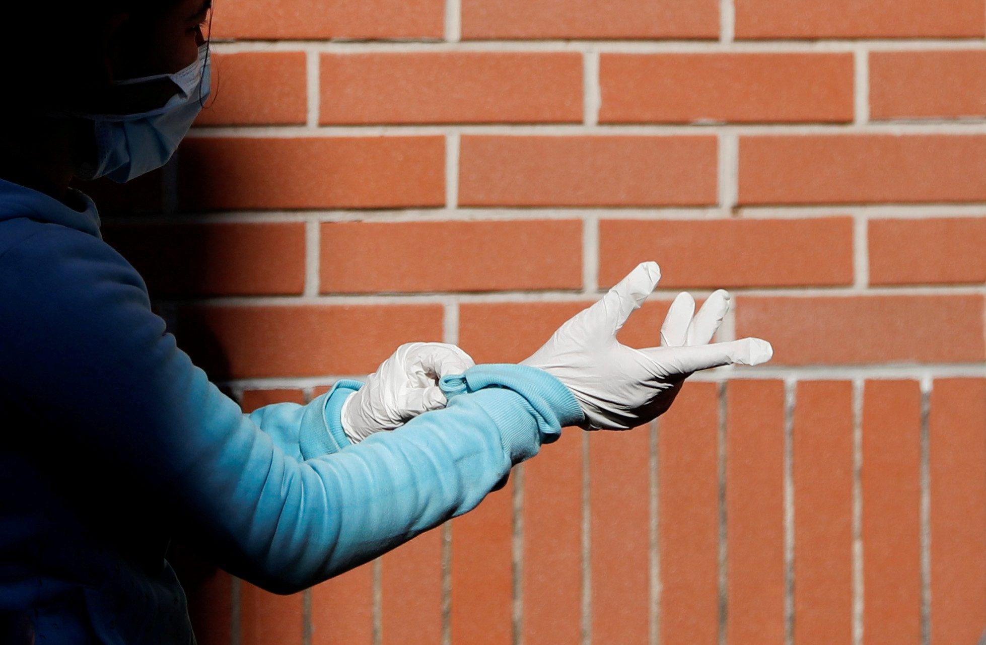 ผู้ผลิตใหญ่ที่สุดของโลกระบุ 'ถุงมือยาง' กำลังขาดแคลนเพราะ 'โควิด-19'