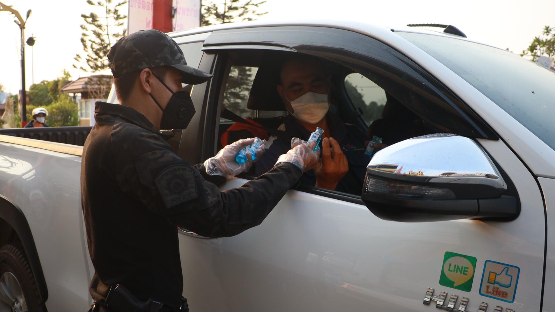 โรงพักเมืองราชบุรีตั้งด่านแจกเจล ป้องกันการแพร่ระบาดของไวรัส โควิด 19