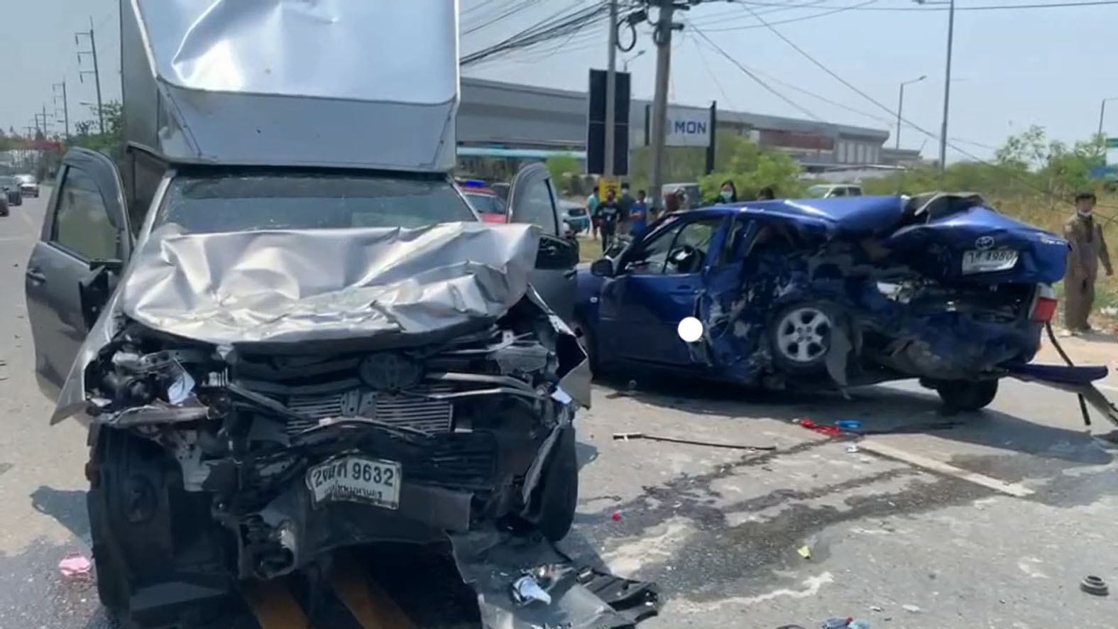 หนุ่มซิ่งรถเก๋งเสียหลักรถหมุนเคว้งกลางถนนพุ่งข้ามเลนชนรถกระบะดับ 1 เจ็บสาหัส 3