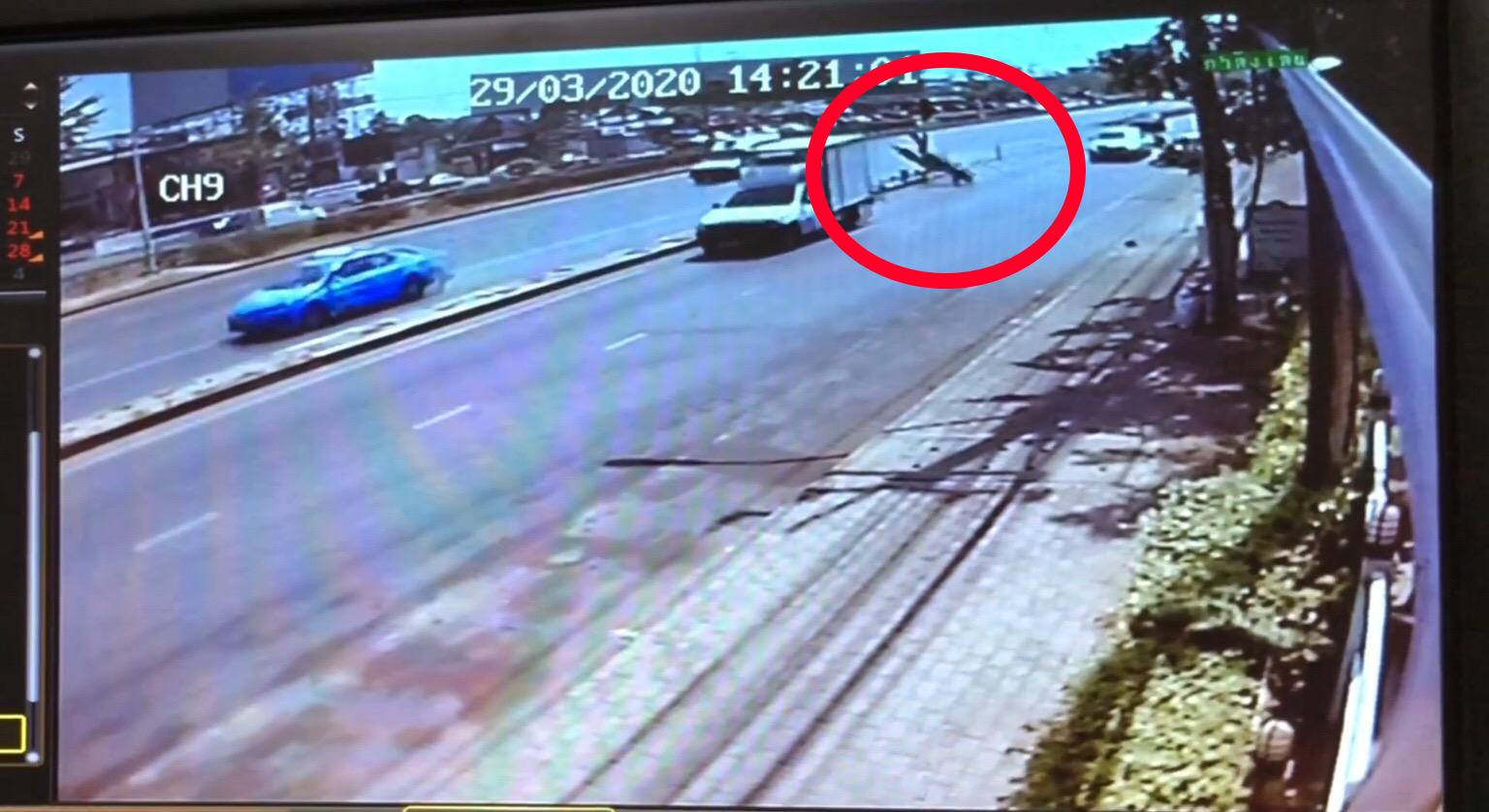 กล้องวงจรปิดจับภาพชัด จยย.เสียหลักพุ่งชนเกาะกลางผู้ขับขี่เสียชีวิต