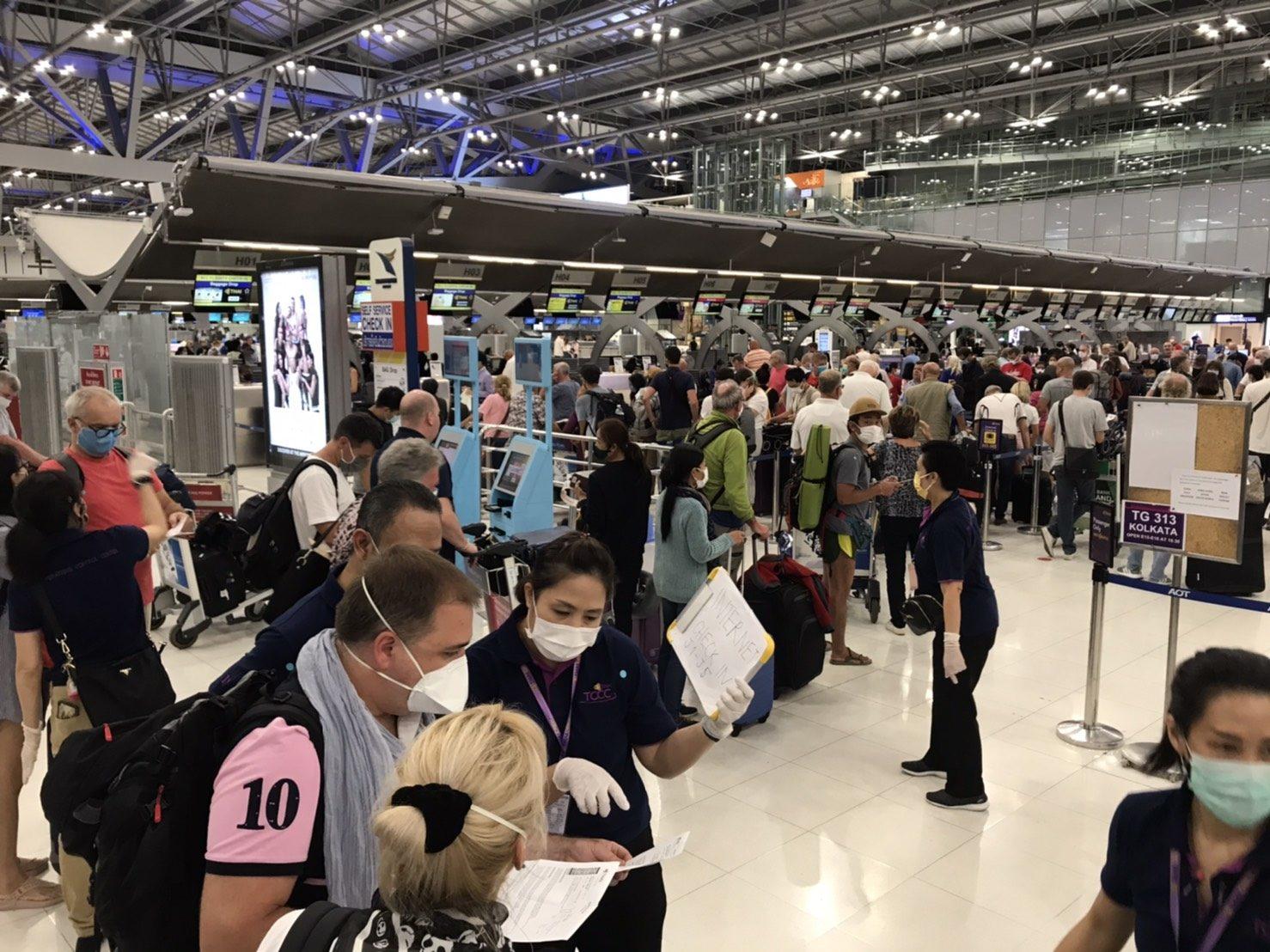 """สุดประทับใจ """"แอร์-สจ๊วต-นักบิน""""การบินไทยอาสาร่วมส่งผู้โดยสารกลับบ้าน หลังตกค้างที่สนามบินนับพัน"""