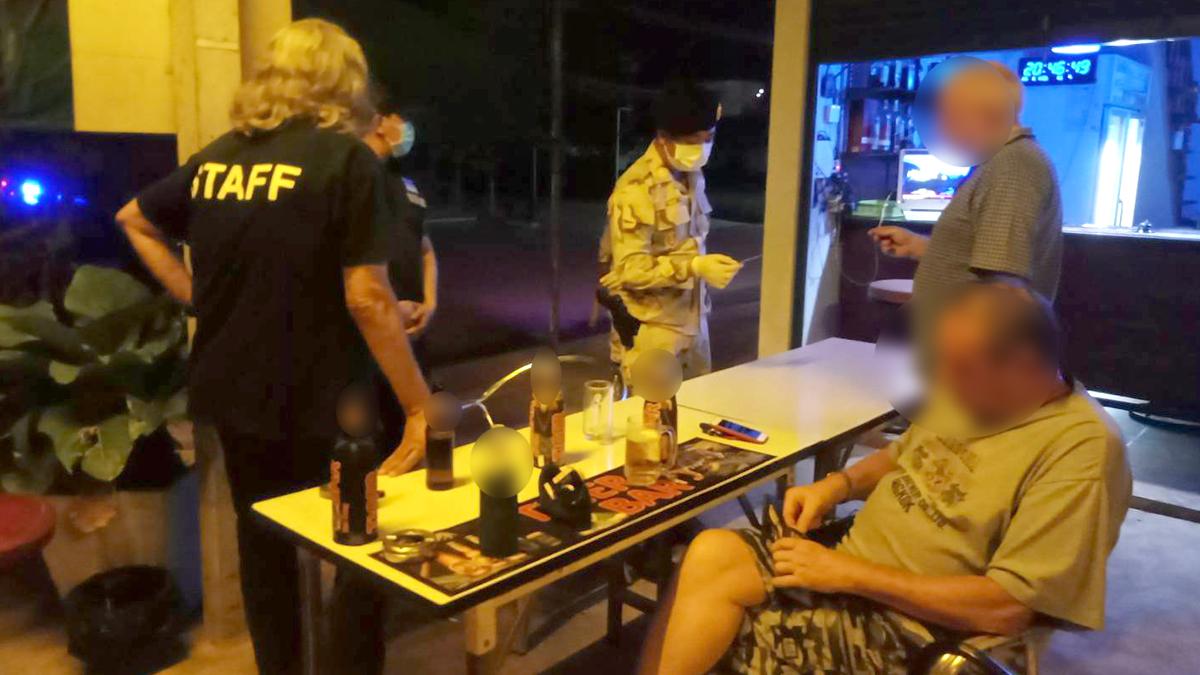 เขยฝรั่ง นั่งก๊งเหล้าในบาร์ ชาวบ้านผวา หวั่นแพร่เชื้อ พบรายล่าสุดติดโควิด เป็นเขยฝรั่ง
