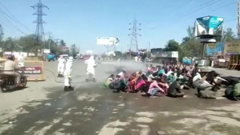โควิด:อินเดียชวนอึ้ง พ่นสเปรย์ฆ่าเชื้อใส่ผู้ใช้แรงงานที่กลับบ้าน