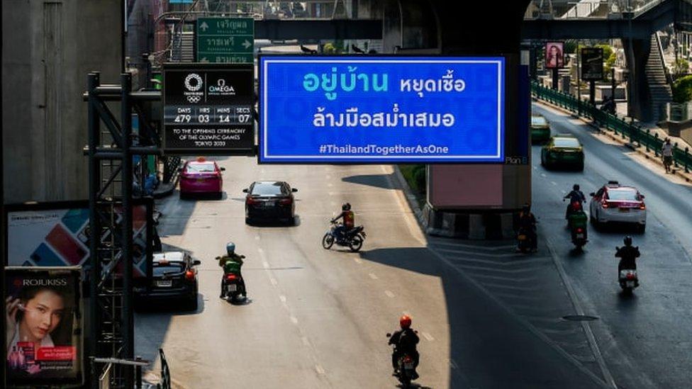 """โควิด-19 : ผู้ติดเชื้อไวรัสโคโรนาในไทยใกล้ถึง 2,000 ราย """"วิษณุ"""" เผยเตรียมออกมาตรการอื่นเพิ่มหลังเคอร์ฟิวมีผลวันนี้"""