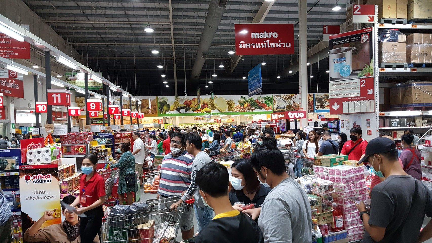 รับเคอร์ฟิว ปทุมฯแห่ซื้อเสบียงห้างแม็คโครแน่น ต้องสั่งสินค้าเพิ่มด่วน เผยห้างปรับเวลาเปิด-ปิด
