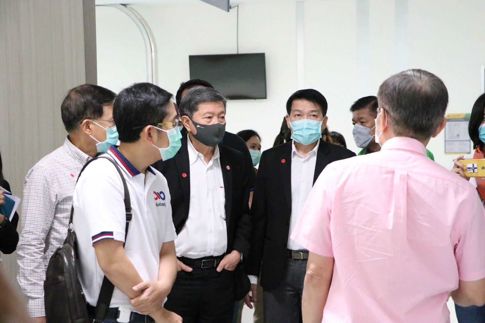 """""""ปิยะสกล""""นำทีมผู้เชี่ยวชาญ ชมICU จักรีนฤบดินทร์ เตรียมปรับทำห้องความดันลบ รับมือผู้ป่วยโควิด เอกชนช่วยติดเครื่องมือฆ่าเชื้อในระบบแอร์"""