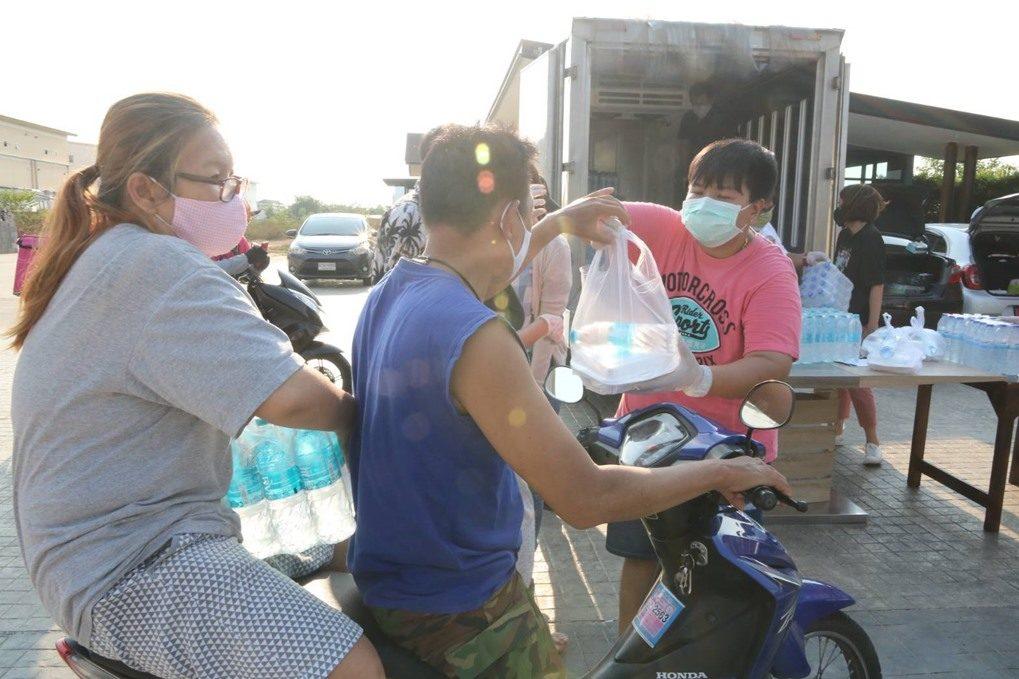 เชฟโรงแรมดังพร้อมเพื่อน ทำข้าวกล่องแจก 600 ชุด หวังช่วยคนไทยยามทุกข์ยาก