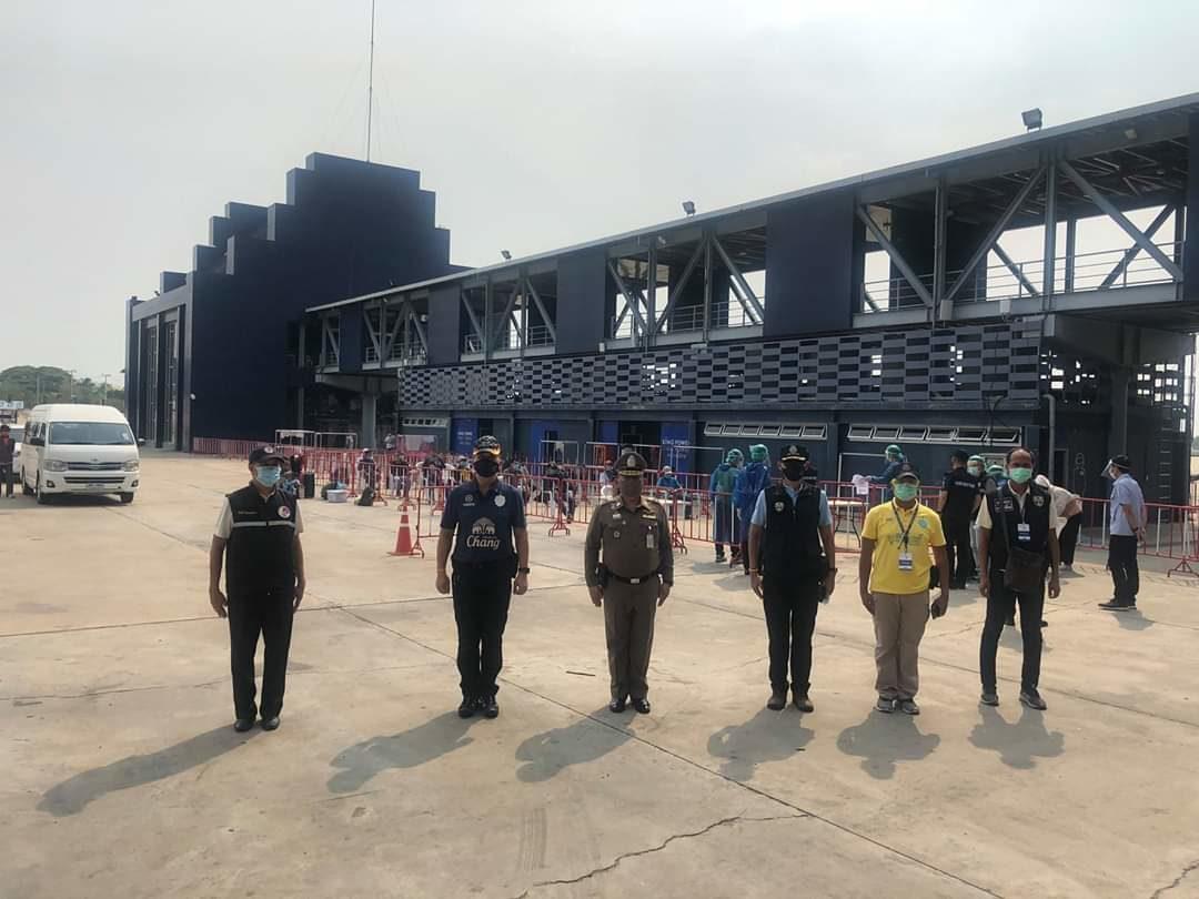 """ศูนย์โควิด-19 รับ """"ชาวบุรีรัมย์"""" 14 คน กลับจากกัมพูชากักตัวที่สนามแข่งรถ"""