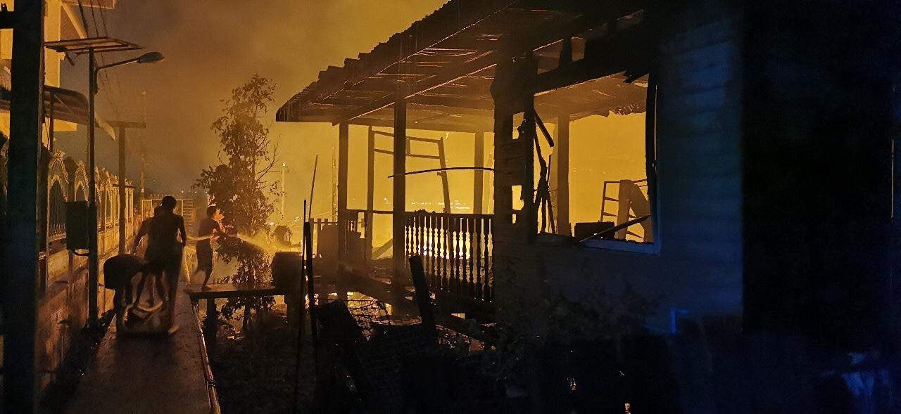 ไฟไหม้บ้านวอด4หลัง2พ่อลูกวัยชราถูกไฟคอกบาดเจ็บสาหัส จนท.เร่งตรวจสอบหาสาเหตุ